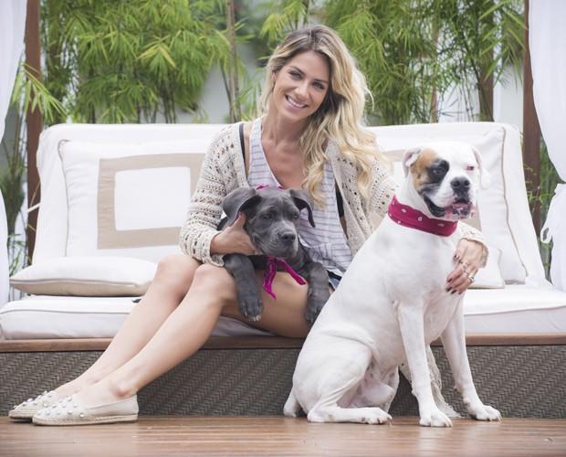 Giovanna Ewbank posa com Menina e Johnny no quintal de casa (Foto: Raphael Dias/ TV Globo)