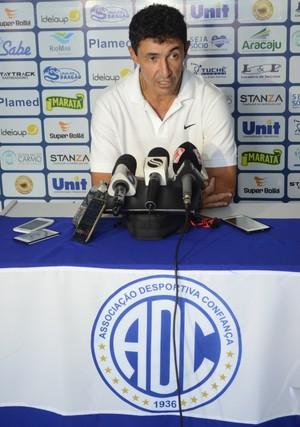 Betinho, técnico do Confiança (Foto: Osmar Rios / GloboEsporte.com)