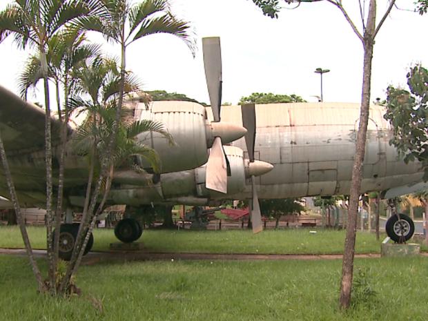 Avião que transportou a Seleção Brasileira campeã de 1958 fica na área externa de museu de Bebedouro (Foto: Reprodução / EPTV)