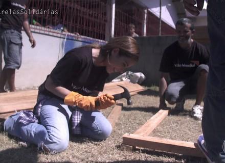 Wanessa é tietada por comunidade ribeirinha em projeto social