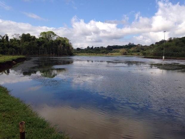 Nível do rio Batalha chegou a 1,95 metro na manhã deste domingo  (Foto: Giuliano Tamura/TV TEM)