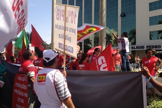 Em protestos diferentes, sindicalistas e professores vão às ruas de Goiânia (Foto: Gabriela Lima/G1)