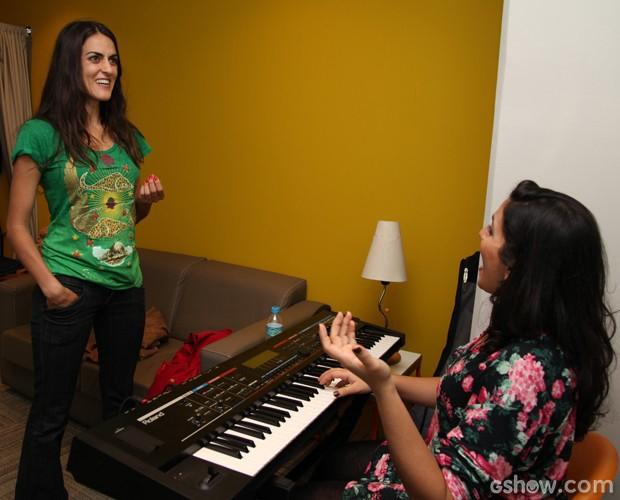 Luciana Paes solta a voz com a ajuda da preparadora vocal  (Foto: Carol Caminha/TV Globo)