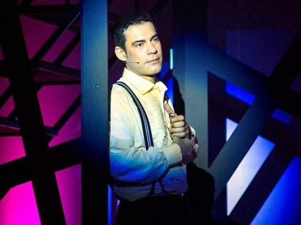 O ator em cena na peça 'Todos os Musicais de Chico Buarque em 90 Minutos'  (Foto: Pólobh / Divulgação)