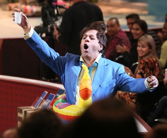 João Canabrava brindando com a plateia do Tomara que Caia (Foto: Isabella Pinheiro/Gshow)