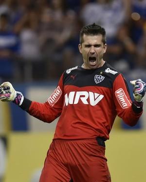 Victor, goleiro do Atlético-MG, vibra após defender pênalti (Foto: Douglas Magno)