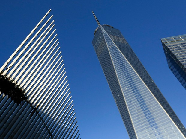 Prédio do One World Trade Center entre o centro de transportes, à esquerda, e o World Trade Center 7, à direita, em Nova York, nos Estados Unidos. Treze anos após o ataque terrorista de 11 de setembro o World Trade Center é novamente aberto para negócios (Foto: Mark Lennihan/AP)