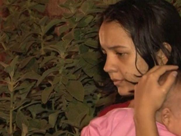 Mãe deixou local com filha de dois meses no colo após ação da polícia em Teixeira de Freitas (Foto: Reprodução / TV Santa Cruz)