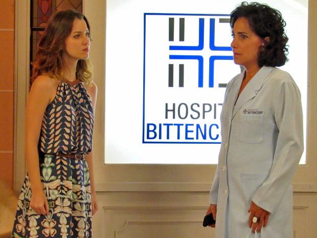 Adriana fica passada com pressão de Laura e sua família (Foto: Maria Clara Lima/ Gshow)