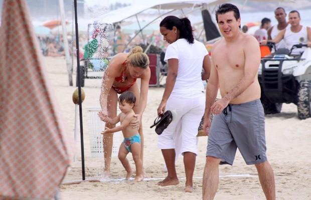 Letícia Birkheuer com o filho na praia de Ipanema, RJ (Foto: J.Humberto / AgNews)