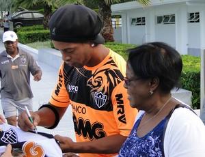 Ronaldinho e dona Miguelina no ct do Atlético-MG (Foto: Léo Simonini)