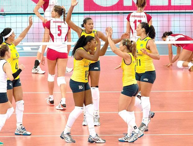 Brasil comemora vitória no vôlei sobre a Polônia no Grand Prix (Foto: EFE)