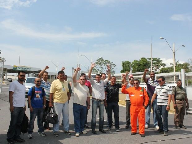 Trabalhadores fizeram ato em frente à sede da Refinaria de Manaus nesta manhã (Foto: Girlene Medeiros / G1 AM)