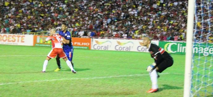Vitor Recife: lance polêmico na final do Campeonato Piauiense (Foto: Emanuele Madeira/GloboEsporte.com)