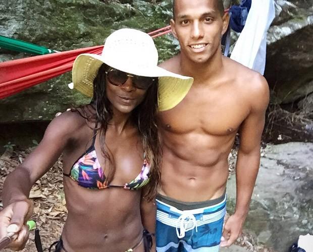 Ela posa ao lado do namorado Renan Rosselini (Foto: Arquivo pessoal)