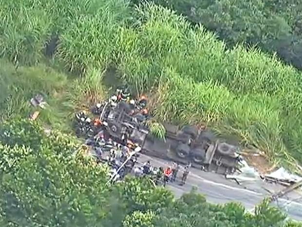 Caminhão tombado na Zona Norte de São Paulo (Foto: Reprodução/TV Globo)