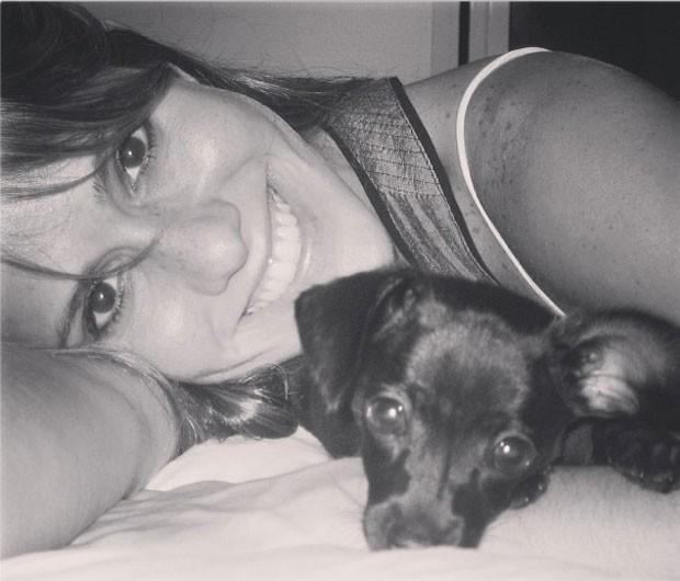 Fernanda Pontes e o cãozinho Feroz (Foto: Reprodução/Instagram)
