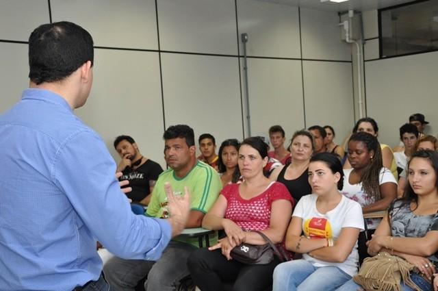 Alunos do EJA Paulo Freire recebem a visita do apresentador (Foto: RBS TV/Divulgação)