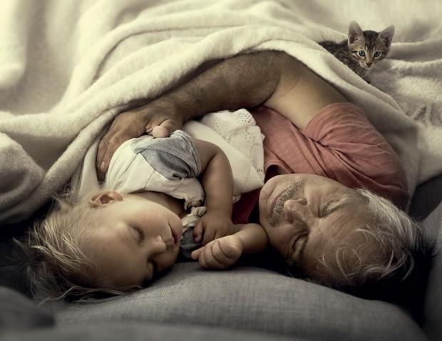 A soneca de Kevin com o avô. (Foto: Ivette Ivens)