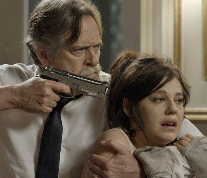 Gibson mantém Nelita sob a mira de uma arma (Foto: TV Globo)