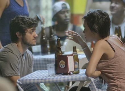 Jonatas encontra com Leila e os dois sentam pra beber