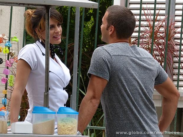 Luciana não perde tempo! A gata já está azarando o professor Fábio (Foto: Malhação / TV Globo)