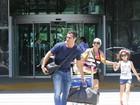 Malvino Salvador posa com fãs em aeroporto