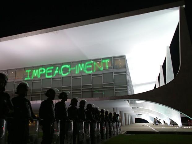 Manifestantes contra o governo projetam a palavra 'Impeachment' na fachada do Palácio do Planalto, em Brasília, durante protesto (Foto: Eraldo Peres/AP)