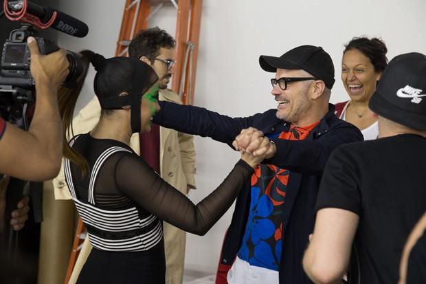 Anitta cumprimenta Giovanni Bianco, diretor de arte do clipe 'Bang' (Foto: Divulgação)