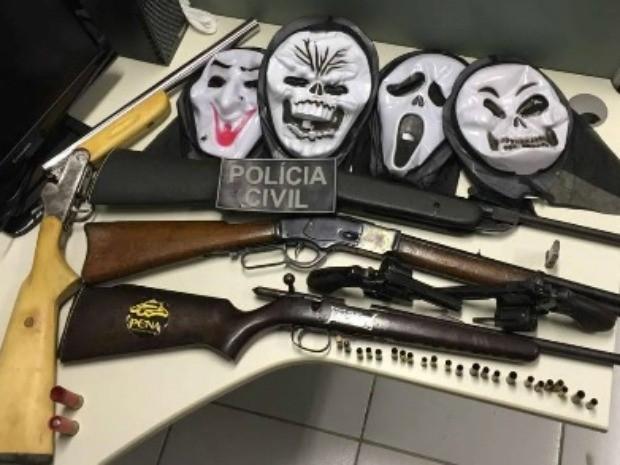 Polícia apreendeu cinco armas durante operação em Caucaia (Foto: SSPDS/Divulgação)
