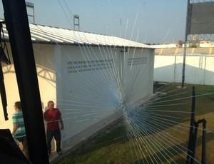 Ônibus é atingido por pedra (Foto: Tiago Ferreira/Divulgação)