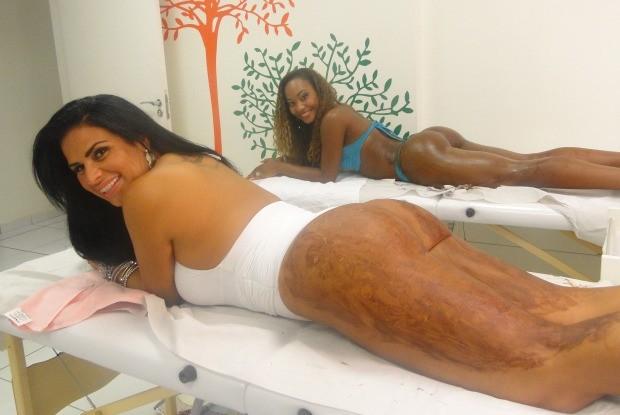 Luana e Solange Gomes se lambuzam com chocolate para tratar celulite (Foto: Caldeirão do Huck/Gshow)
