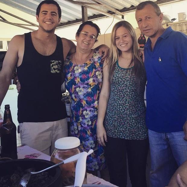 Matheus Lisboa com a mãe, Socorro, a irmã, Aline, e o pai, Ninho (Foto: Facebook/Reprodução)