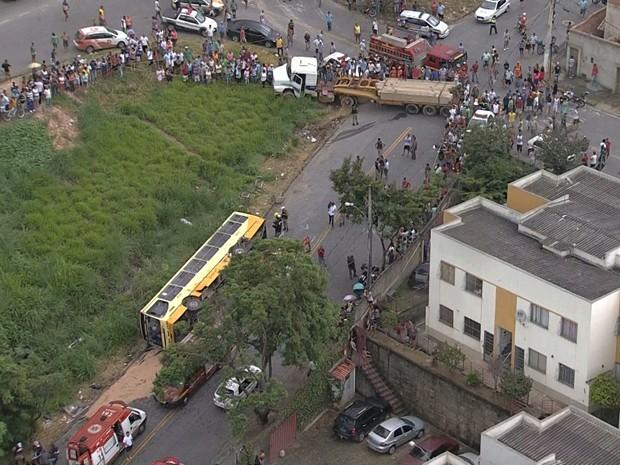 Acidente envolvendo ônibus e carreta no bairro Goiânia, em Belo Horizonte.  (Foto: Reprodução/TV Globo)