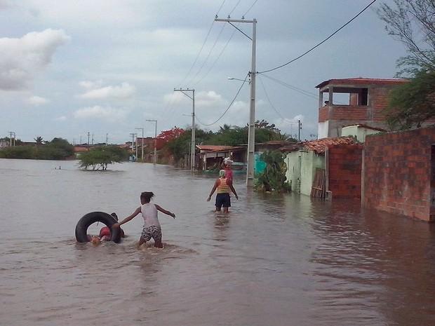 Rio transbordou e deixou 60 famílias desabrigadas em Riachão do Jacuípe (Foto: Luiz Valdoberto de Oliveira Carneiro)
