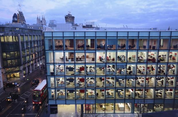 Trabalhadores seguem rotina durante a noite em Londres (Foto: Oli Scarff/Getty Images)