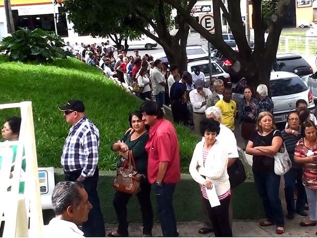 Fila no Ceme de São Carlos gera queixas (Foto: Henrique Fontes/EPTV)