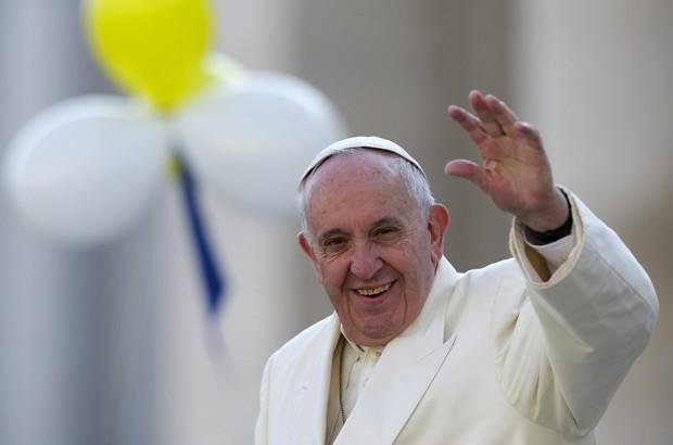 Papa Francisco e o presidente iraniano Hassan Rouhani trocaram presentes em encontro no Vaticano, nesta terça-feira (26) (Foto: Andrew Medichini / AFP)