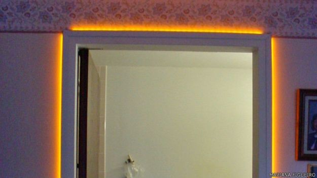 Figueiro iluminou batentes de portas em asilo de idosos para ajudá-los a dormir melhor  (Foto: Mariana Figueiredo)