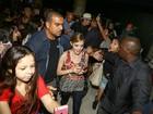 Lucy Hale, de 'Pretty Little Liars', é cercada por fãs ao chegar no Rio