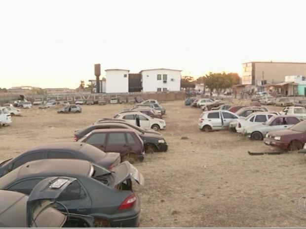 Pátio está lotado de veíiculos em Valparaíso de Goiás (Foto: Reprodução/TV Anhanguera)