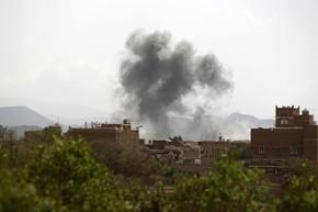 Fumaça é vista após bombardeio contra Sanaa neste domingo (5) (Foto: Mohammed Huwais/AFP)