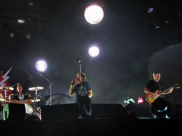 Eddie Vedder tomando gole em garrafa de vinho e banda em show em Brasília (Foto: Isabella Formiga/G1)