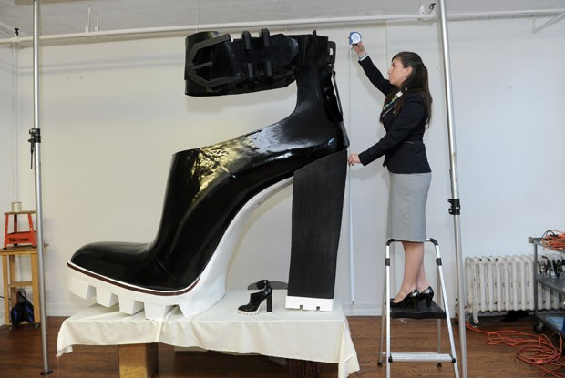 e51cf157aba84 G1 - Dupla bate recorde ao criar o maior sapato de salto alto do ...
