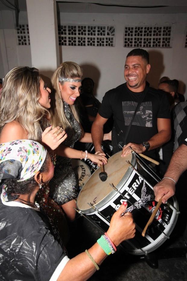 Ronaldo Fenônemo com Ana Paula e Tatiana Minerato (Foto: Léo Franco / AgNews)