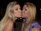Na base do beijo! Andressa Urach e Mulher Filé selam amizade em show