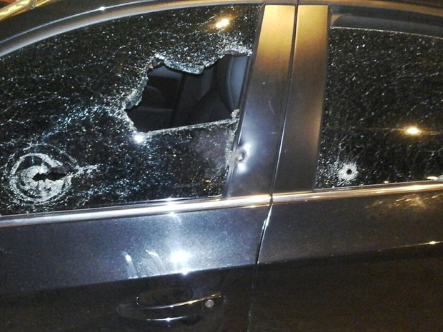 Carro foi atingido por tiros  (Foto: Divulgação/Brigada Militar)