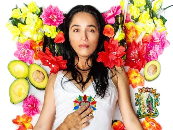A atriz peruana Rosana Reátegue no monólogo 'Malinche' (Foto: Thiago Mota)