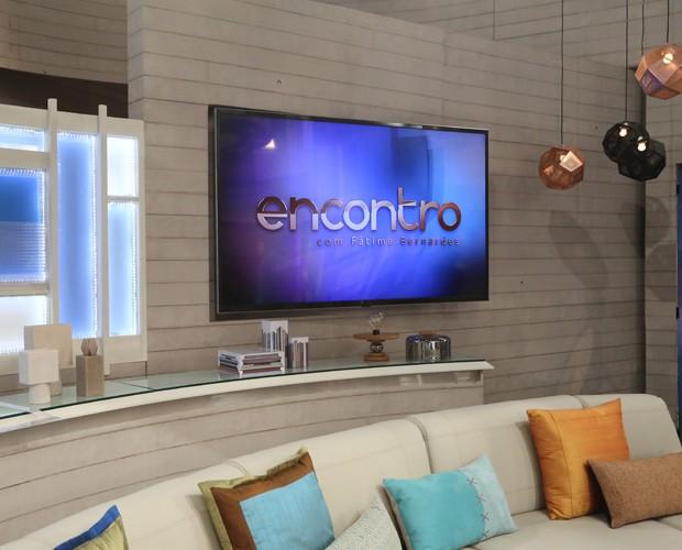 Sofá dos convidados ganha cores neutras (Foto: Carol Caminha / Gshow)