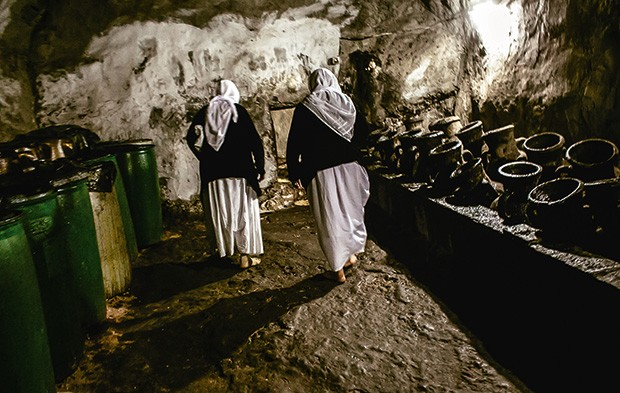 Fiéis deixam vasos de velas no templo para pedir paz (Foto: Marcio Pimenta)